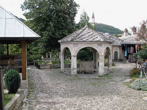 A fountain (šadrvan) is in the courtyard, allowing worshippers to wash before entering the mosque.