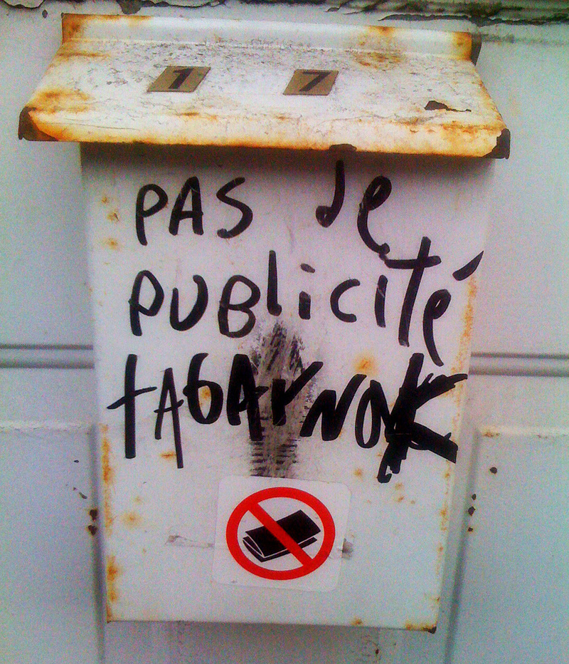 """A mailbox with Québec French that roughly translates to """"No fucking admail"""". (Photo: Gates of Ale/CC BY-SA 3.0 )"""