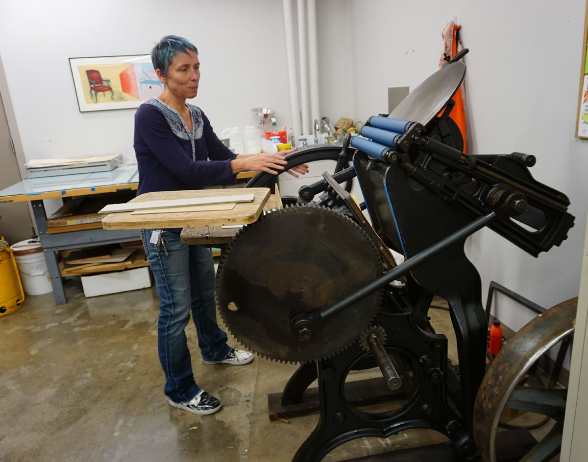 © 2017 Louise Levergneux, Southwest School of Art, Léo demonstrating one of the presses