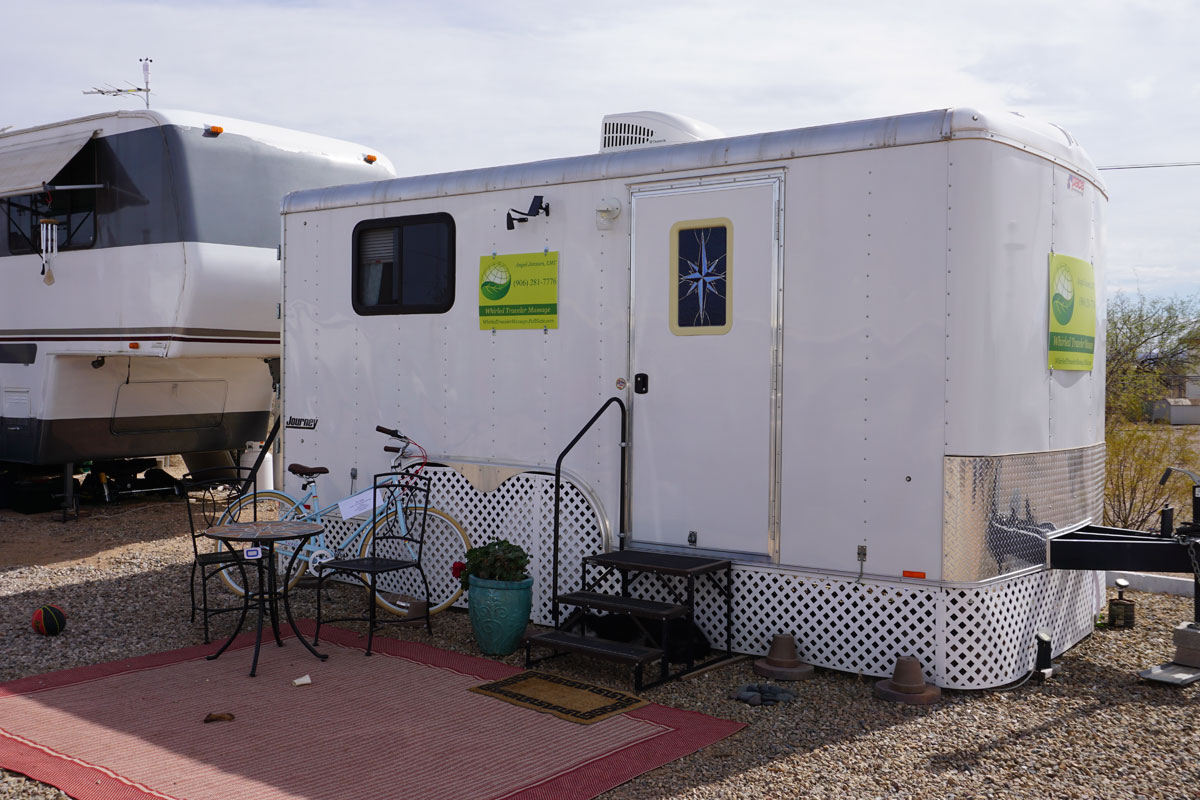 © 2018 Louise Levergneux. Angel's work trailer, Wirled Traveler Massage, Tucson, Arizona. /  La caravane de travail d'Angel, Wirled Traveler Massage, Tucson, Arizona.