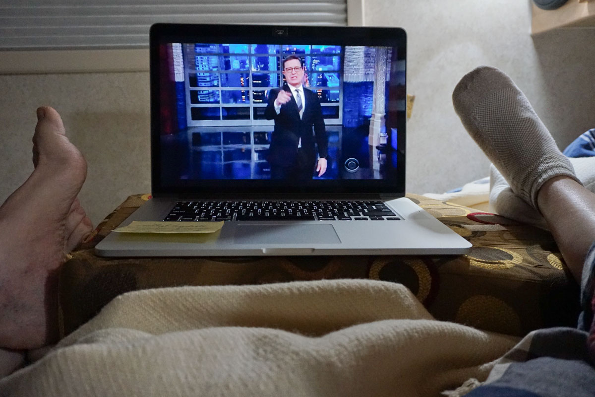© 2018 Louise Levergneux. Relaxing via Steven Colbert monologue in Congress, Arizona. /  On relaxe en biais du monologue de Steven Colbert à Congress, Arizona.