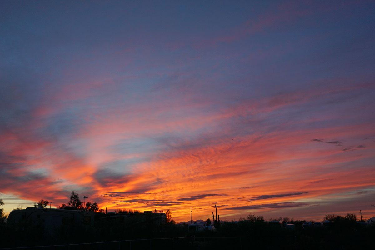 © 2018 Louise Levergneux. Sunset in the Sonoran Desert close to Tucson, Arizona. /  Un coucher de soleil dans le Désert de Sonora près de Tucson, Arizona.