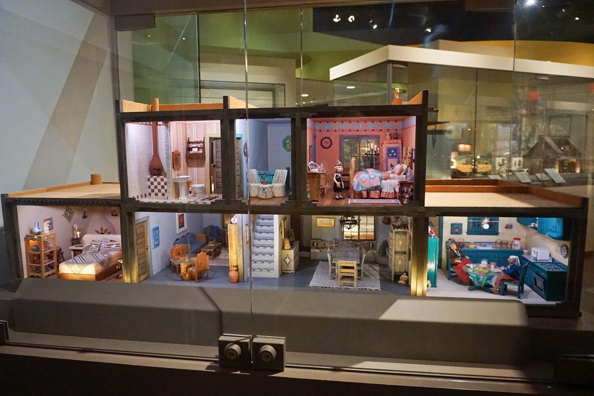 © 2018 Louise Levergneux. Michael at The Mini Time Machine Museum of Miniature. /  Michael au musée des miniatures Mini Time Machine.