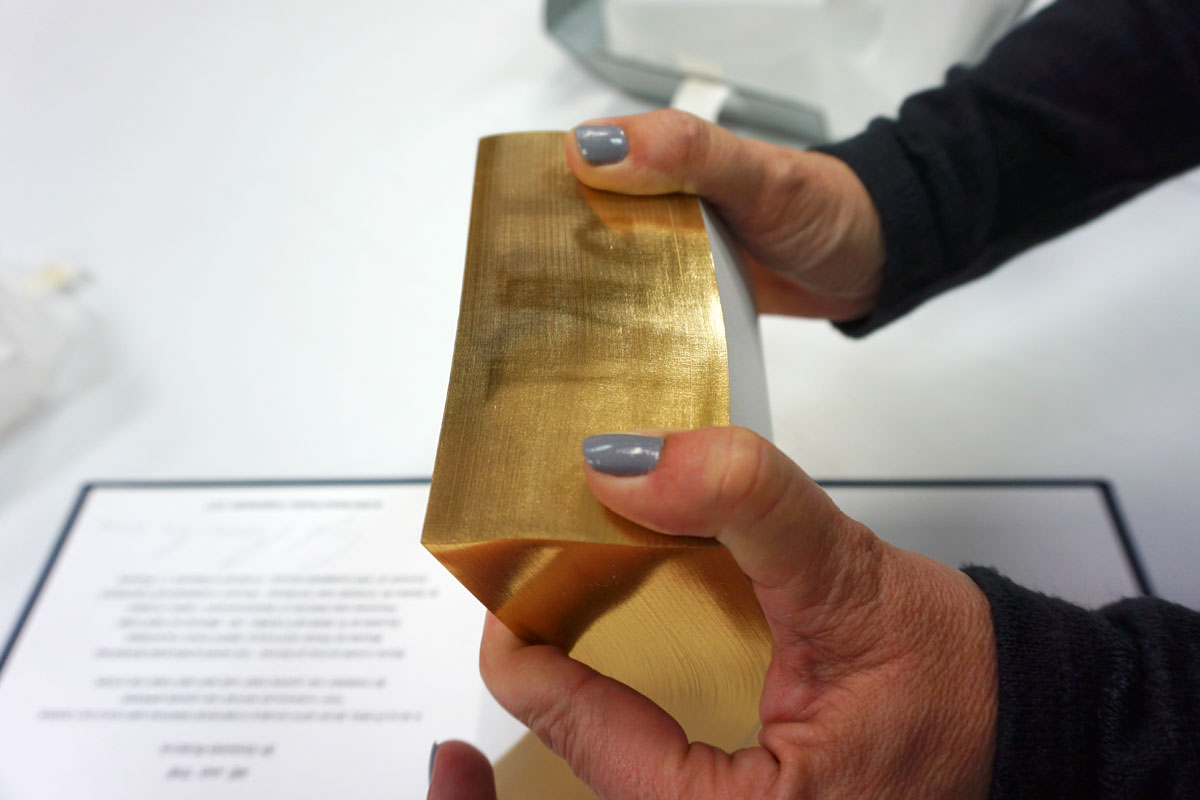 © 2019 Louise Levergneux. Kristin demonstrates Ed Ruscha's artists' book  ME and THE,  when the gilt edge of the fore-edge is fanned the another way.