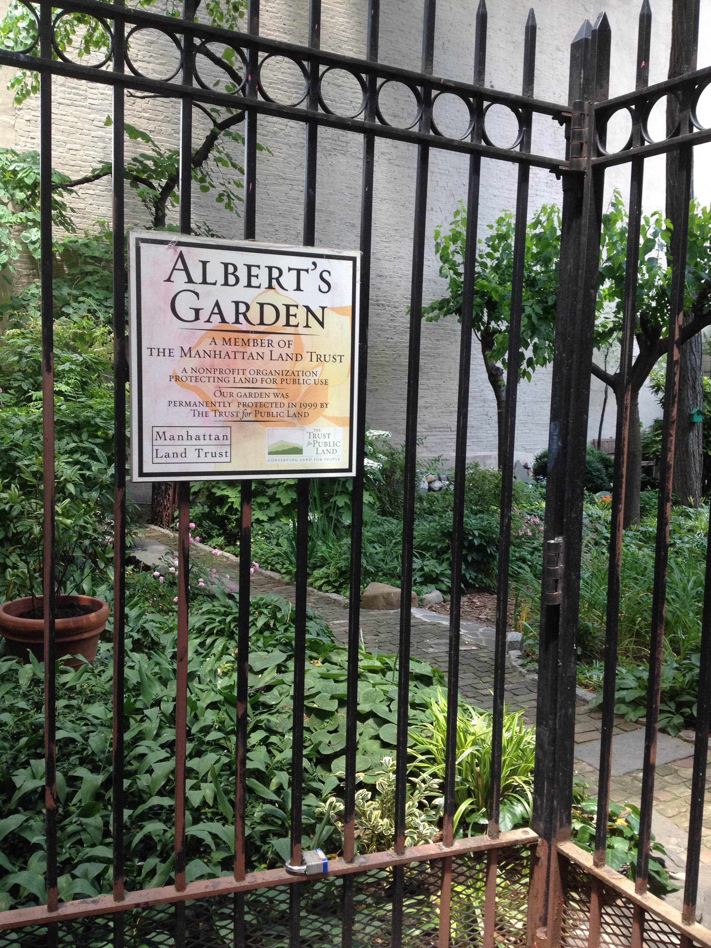 What is now this little garden was the location of  The Ramones  first album cover photo