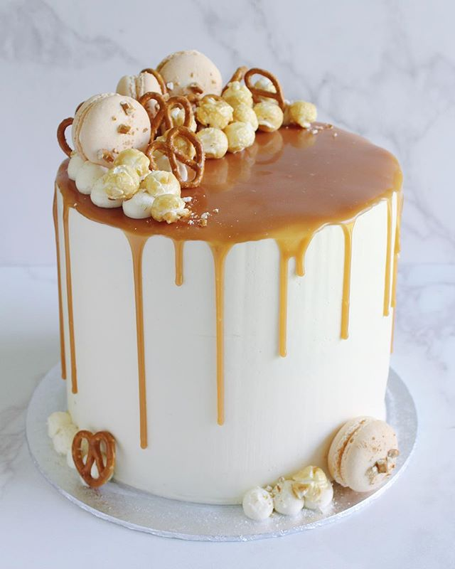 Chocolate sponge, salted caramel drip, pretzels, popcorn and macarons - all the good things to help celebrate a 30th at the weekend 🍫🍿