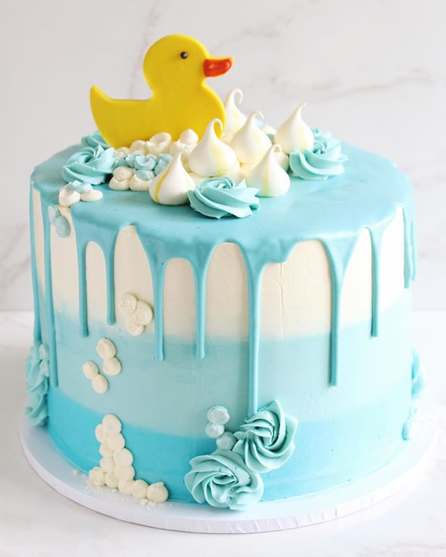 "Finally catching up on some image-editing and getting to see this cute little duck again 🦆 hey friend! I made this cake a couple of weeks ago for a first birthday celebration. I had so much fun piping all those ""bubbles"" and swirls, and that white chocolate drip was perfect for all that lemony goodness inside👌🏻"
