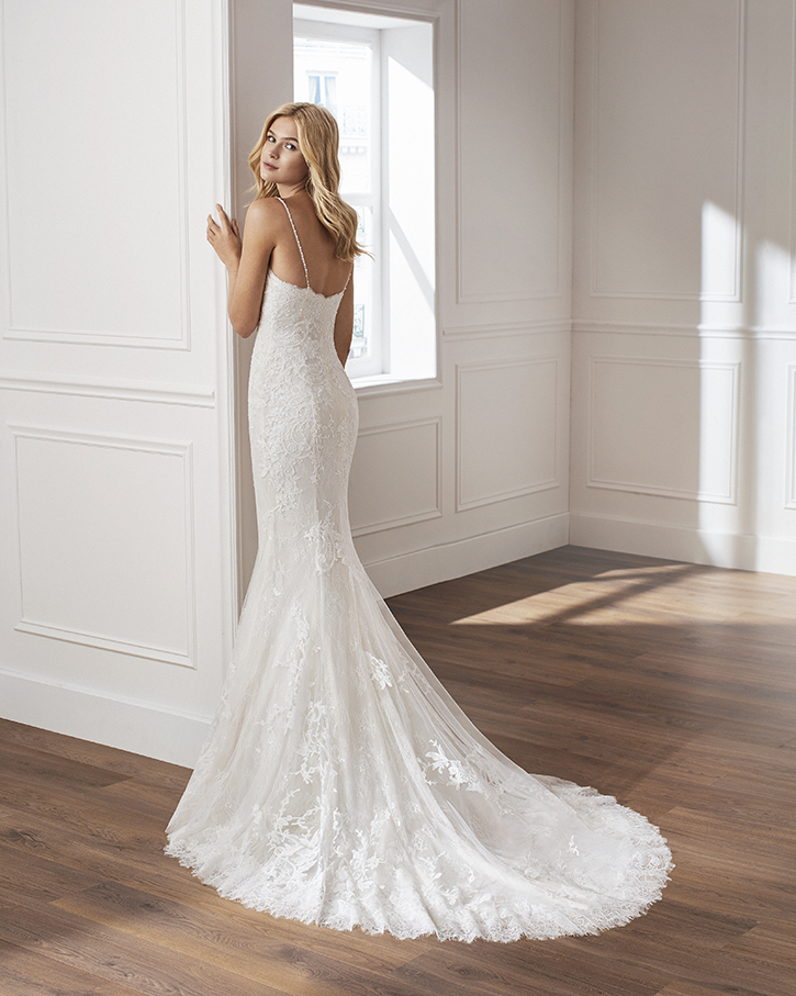 Luna Novias Mermaid-style lace wedding dress. Sweetheart neckline, beaded straps and appliquéd skirt