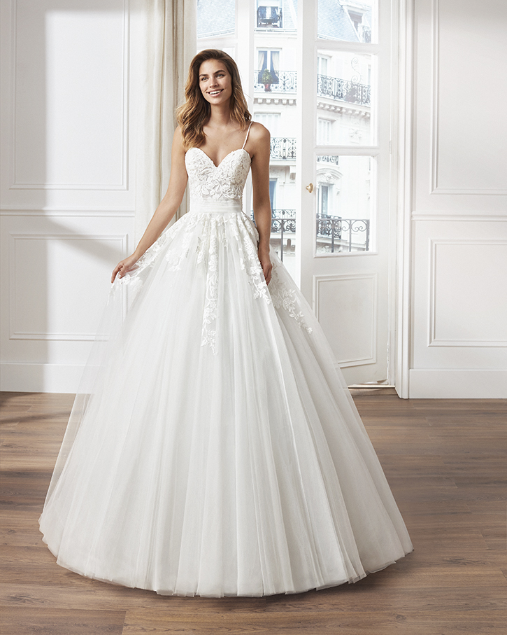 Tulle princess-style wedding dress. Sweetheart neckline, beaded straps and skirt and bodice with lace appliqués.