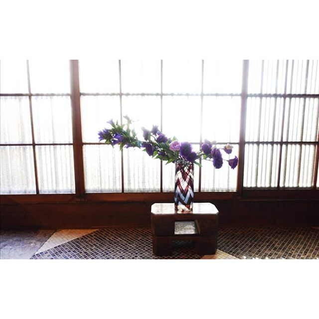 Freestyle by Veronika from last week's lesson 💜 ・ ・ ・ ・  #ikebana #生花 #ikebanaclass #ikebanaworkshop #kyoto #japan #KinseRyokan #きんせ旅館 #flowers #flowerart #kinsebana #japaneseculture #japanesedesign #sogetsu #草月 #flowerarrangement #compositionflorale #flowerstagram #slowfloralstyle #flowerstyling #nofloralfoam #floralinspiration #fineartflowers #thisiskyoto #japantravel #art_of_japan_