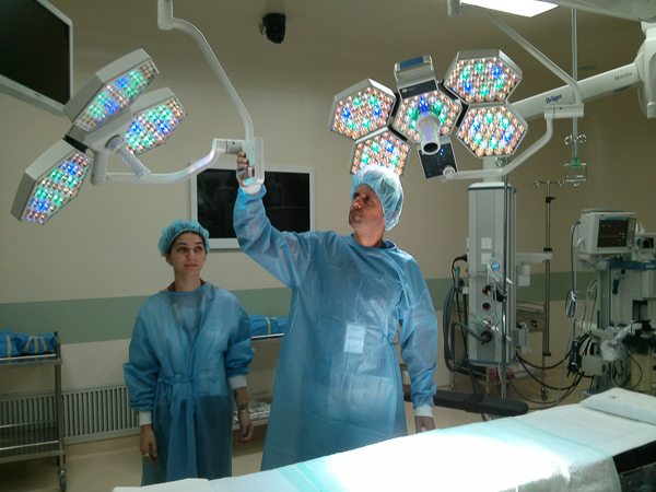 Our intern Katie and Scott posing for the camera while adjusting the equipment angles. We're not just wearing those scrubs for fun. It's actually required for every individual to wear them once they enter the operating area. 摄影师Scott和实习生Katie正在调整设备位置以便得到最佳拍摄角度,衣着方面,我们穿上了防护服可有效防止细菌扩散,这也是每一位人员进入手术室必须要穿戴的。