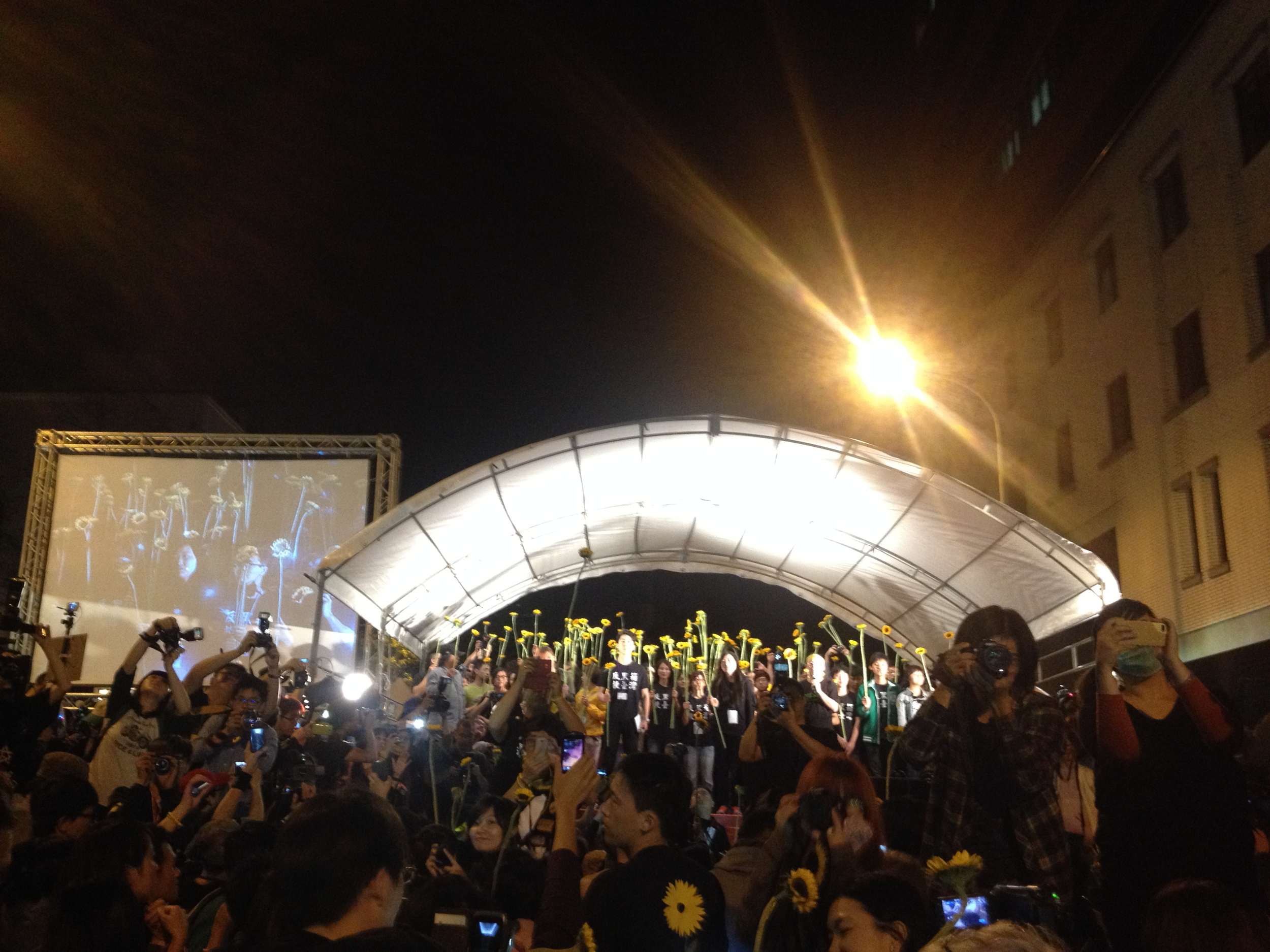 "At the end of the night, the song  ""Island's Sunrise"" 〈島嶼天光〉  , which has become the anthem of the Sunflower Movement played over loud speakers as the crowd enthusiastically sang along and screamed for an encore when the song ended."