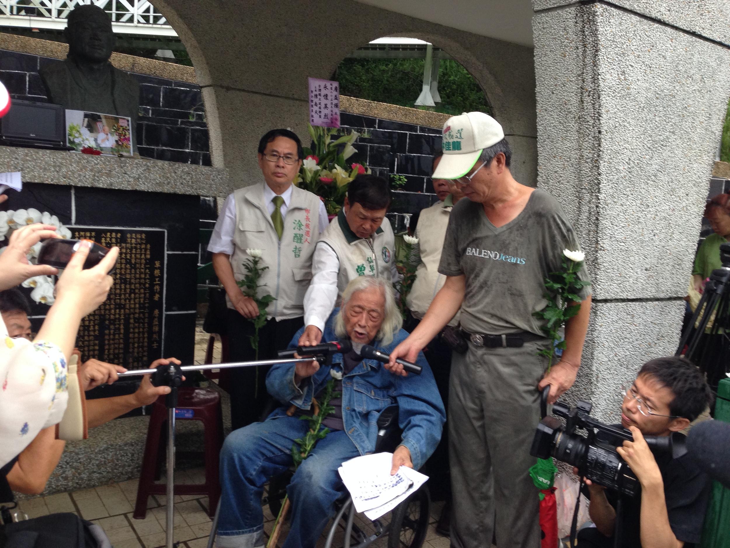 Su Beng atthe memorial service for Chan I-Hua in Chiayi.