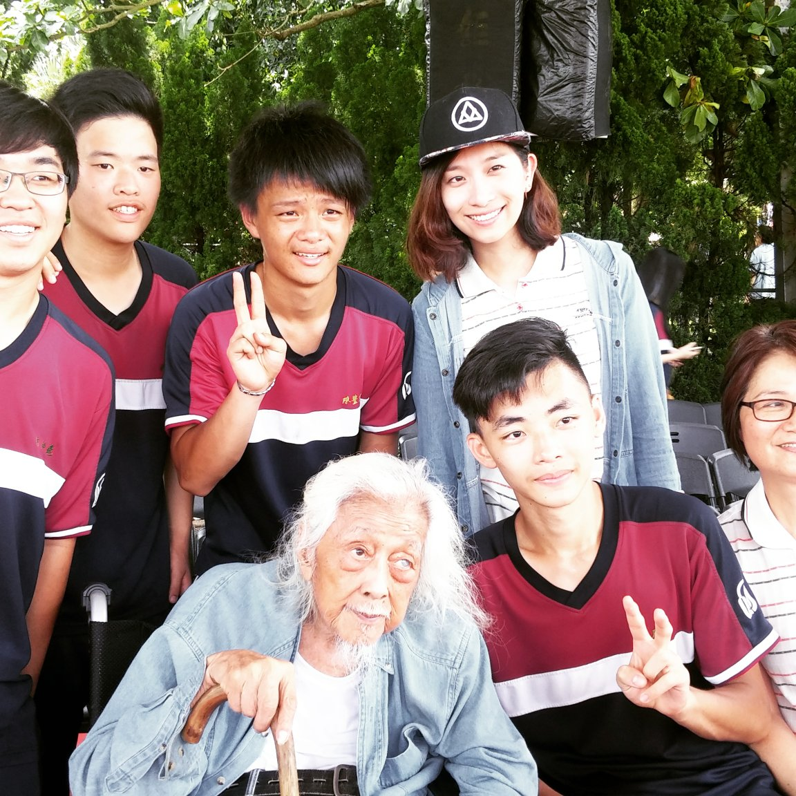 Su Beng and students from Hui Deng middle school.