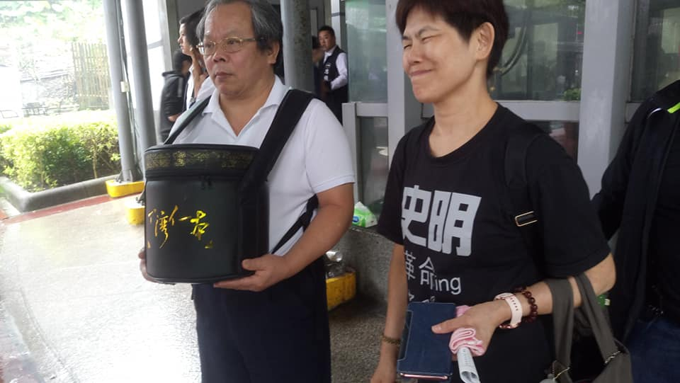 A-diong and Bin Hong with Su Beng's ashes (Photo courtesy of:   林啟生  )