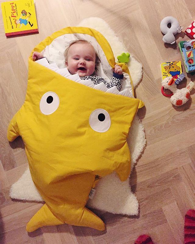 Tror bebisen ger sin nya åkpåse mycket väl godkänt! 🦈💛