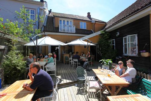 I sommerhalvåret kan du nyte de sjarmerende bakgårdene i Gamlebyen. Hos Mormors Café er det sitteplasser både i bakgården og på fortauet utenfor. Foto: © Eirik Dahl/Visit Hvaler
