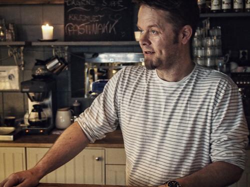 Torleif Hvalgård. Han eier og driver Mormors café med sin kone, Camilla Olsen. Foto: Ingrid Aarrestad Østang