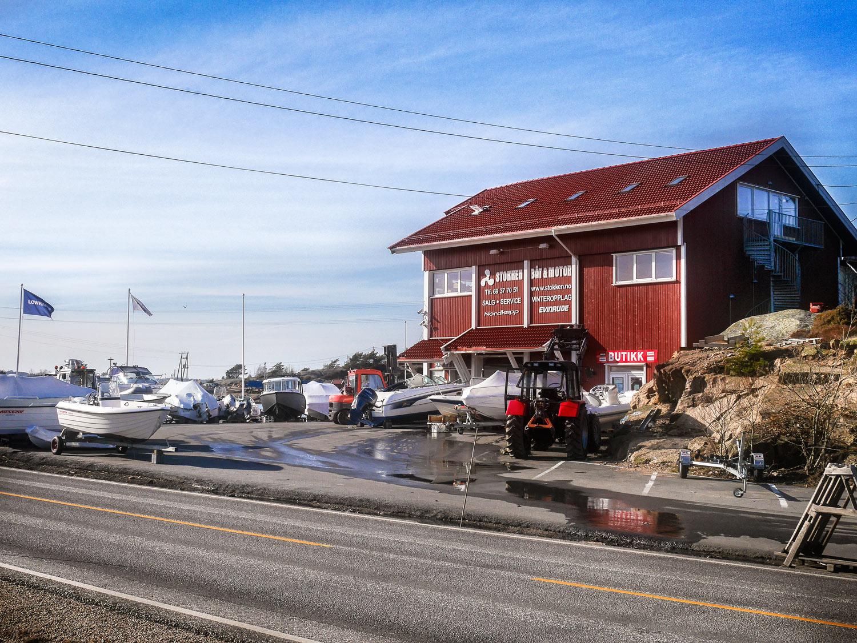 Stokken Båt & Motor med sitt karakteristiske bygg er noe av det første man møter på når man kjører veien ut til Hvalerøyene.