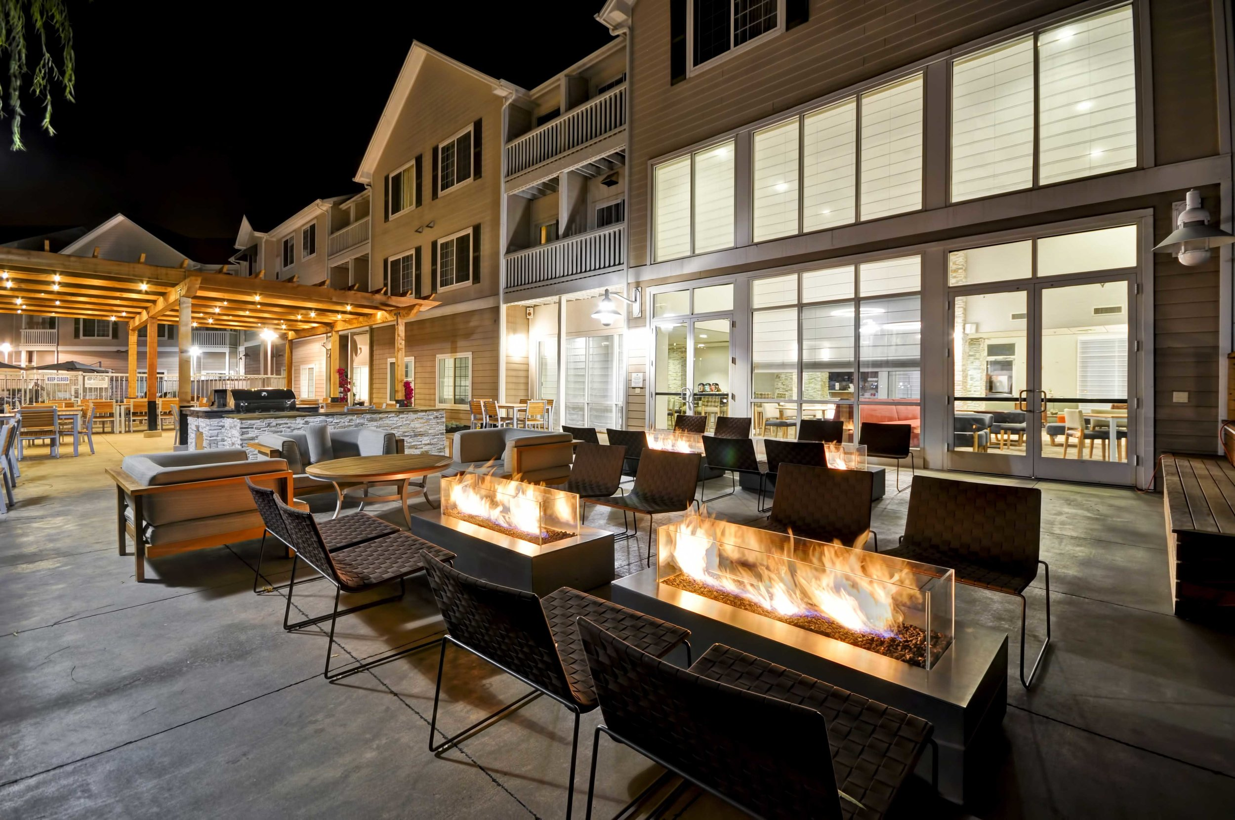 11-Homewood-Suites-Oakland-Patio---BBQ--Firepits-PM.jpg