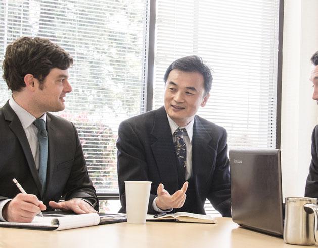 """""""  我々のキーワードは革新です。革新あってこそよりよいソリューションを導き出せ、高品質な製品を実現できます。革新技術で業界をリードし続けていることは我々の誇りです。  """" - James Zhuge, Ph.D.   (クリスタル•インスツルメンツ社長兼  CEO  )"""