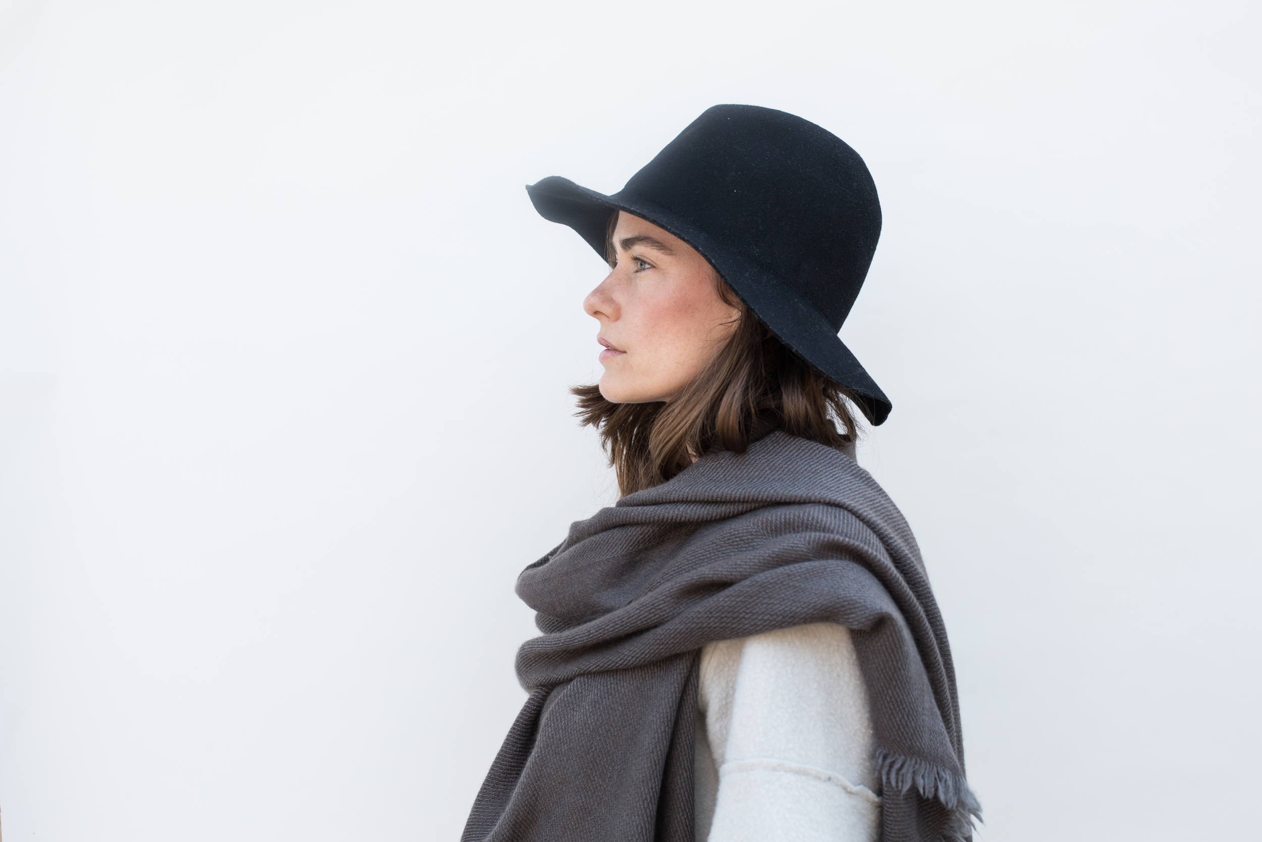 to-be-magnetic-scarf-hat-white-grey-Lacy Phillips