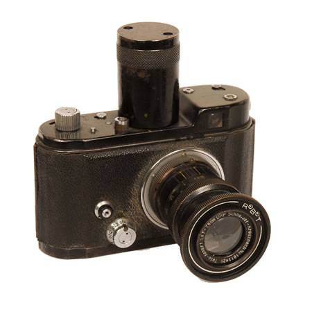 Robot Luftwaffen   1940-1945 Used for aerial photography by the German Luftwaffen in WWII. A half frame camera on 35mm film. This model has a 75mm F/3.8 Schneider lens. Note the oversized spring winder designed for use by pilots with heavy flight gloves on.