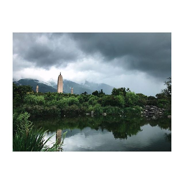 So here they are, the three pagodas. The clouds over Mt. Cangshan making it a dramatic sight. #picturedbyus #dali #yunnan china