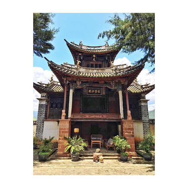 We are staying at this old Bai theatre from around 1800 which is beautifully restored. We 💖this! #picturedbyus #yunnan #shaxi #china