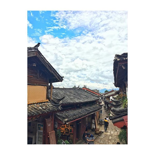 Wandering through this World Heritage site. The old town of Lijiang is stunning. #picturedbyus #yunnan #lijiang #china
