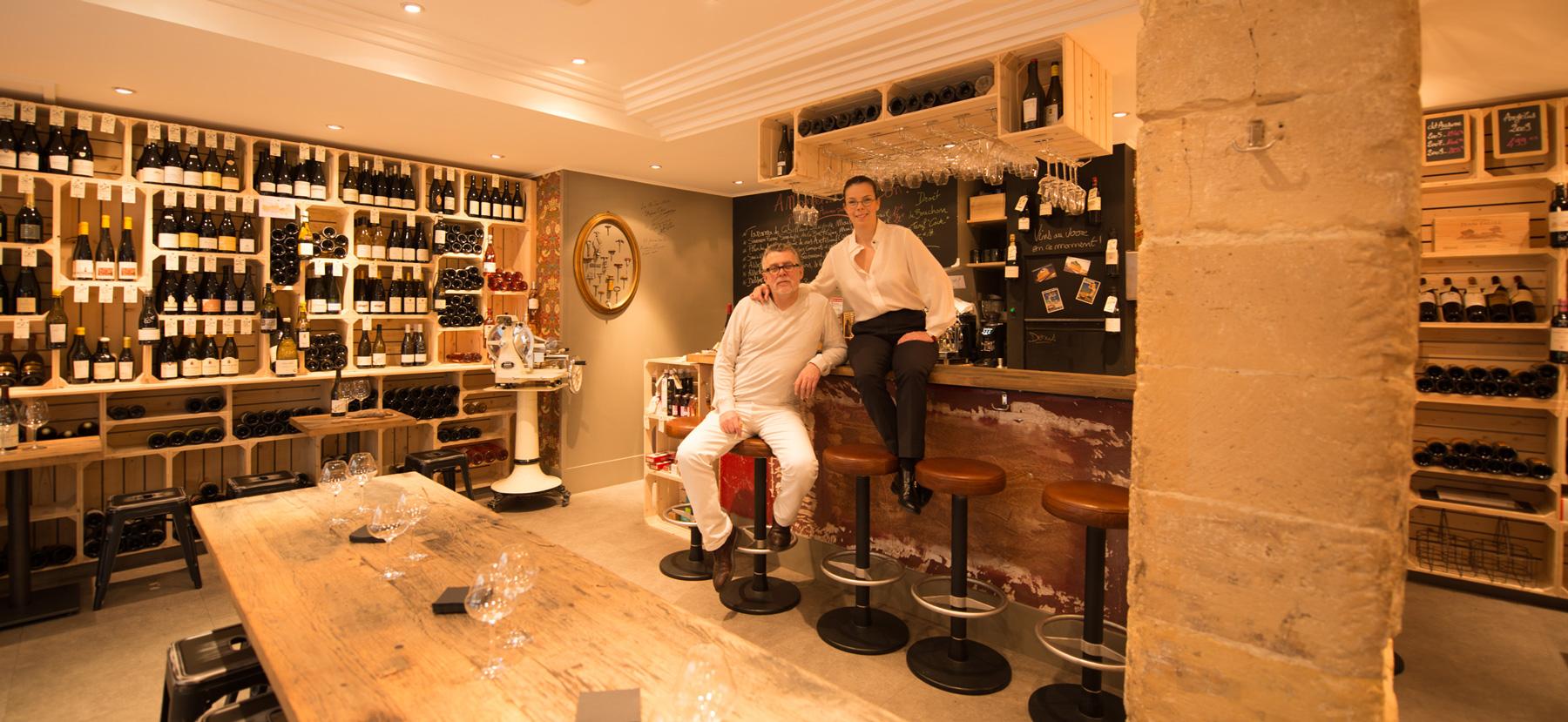 Denis-et-Carole-assise-bar-small.jpg