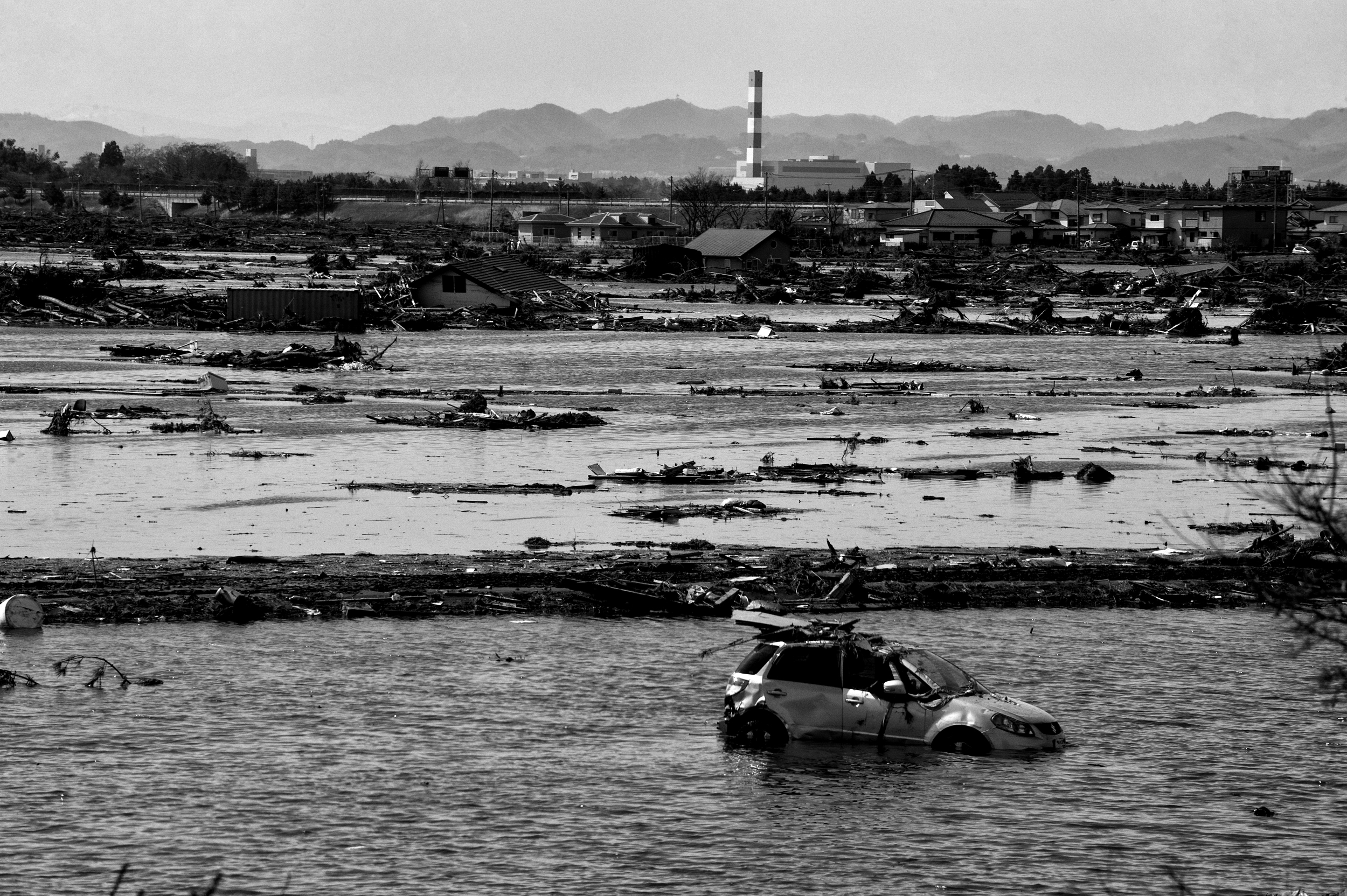 Japanese police search for survivors after the 2011 Tōhoku earthquake and tsunami in Sendai, Miyagi, Japan, March 13, 2011. (Photo / Mark Pearson) Japanese National Police Agency confirmed 15,884 deaths,     6,147 injured,     and 2,636 people missing  .