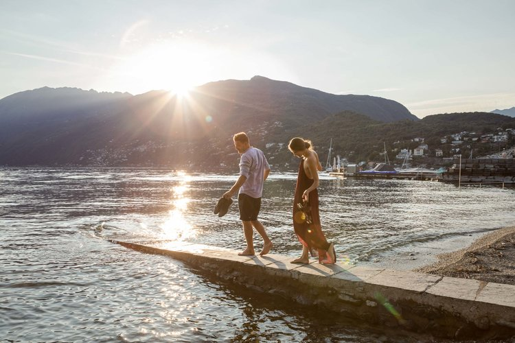 Hotel guests strolling on the beach in the sunset. Copyright by: Switzerland Tourism