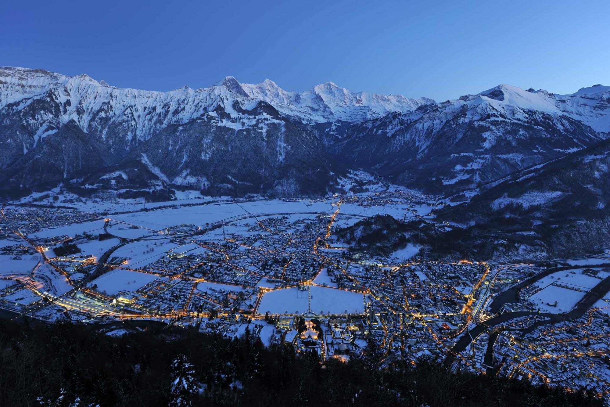 View over Interlaken in the dusk. Copyright by Interlaken Tourismus