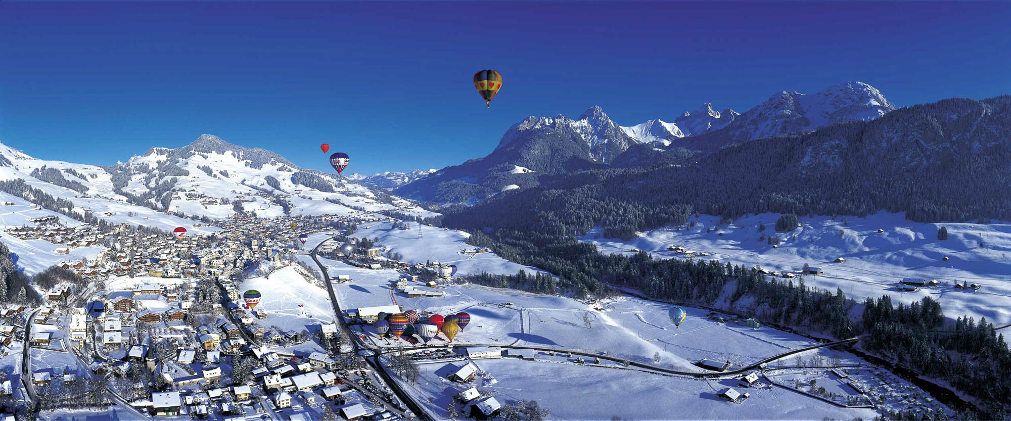 Hot air ballooning at Chateau-d'Oex (1000 m) in the Vaud Alps. Copyright by Switzerland Tourism