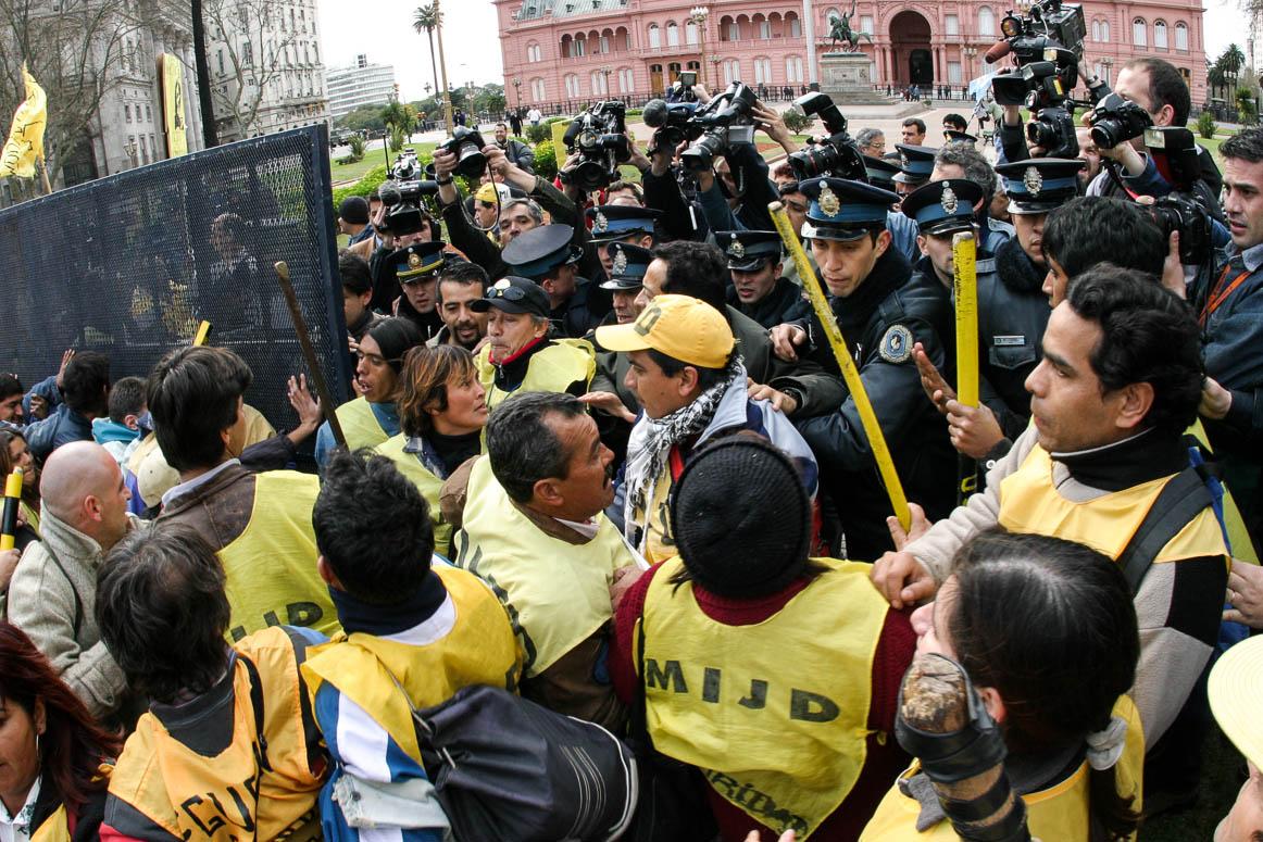 Buenos Aires,31 /08/2004 - Inicia-se um protesto pedindo a liberdade de Raul Castells que culmina num confronto com a polícia. Outros grupos entram para protestar contra o acordo com o FMI