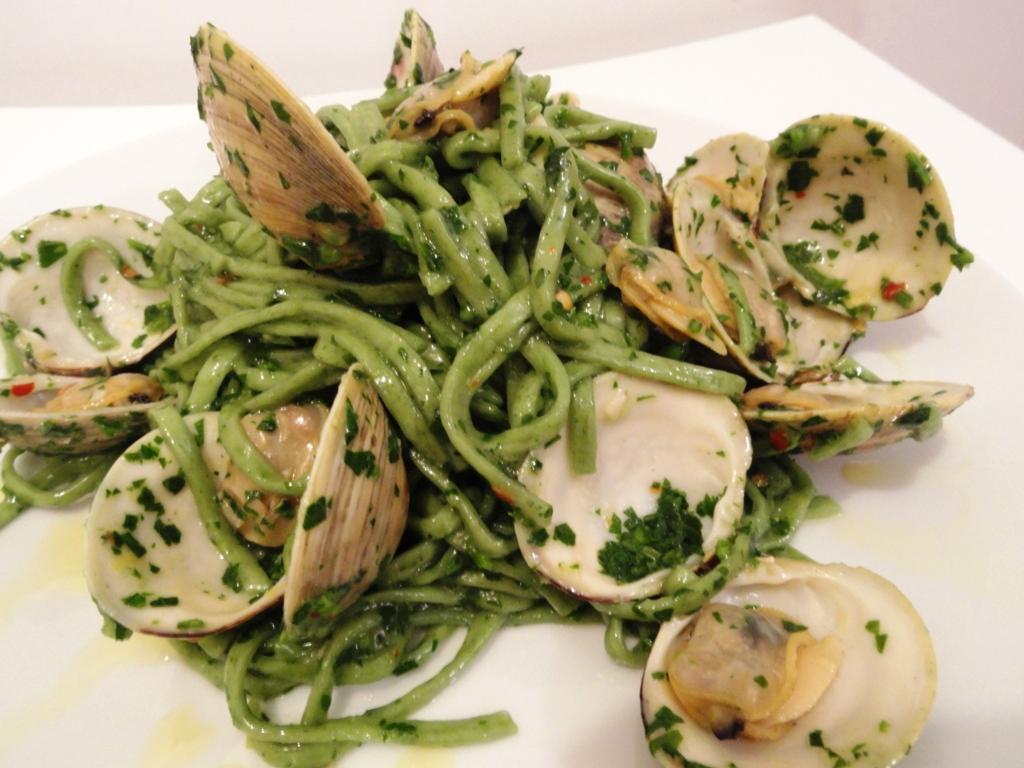 Spinach fettucine alle vongole (white clam sauce)