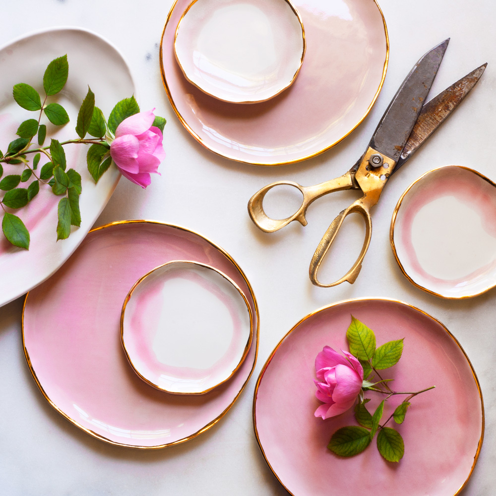 550de-roses-from-the-garden-with-pink-plates.jpg