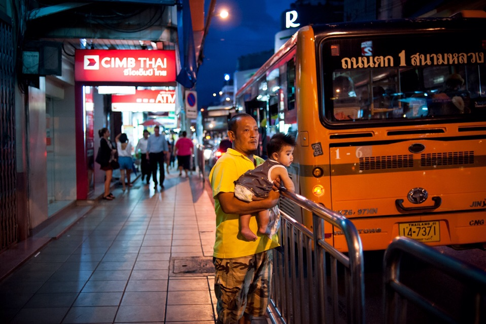 A man and his child wait for the bus next to a high traffic road in Bangkok, Thailand, 14 September 2015.