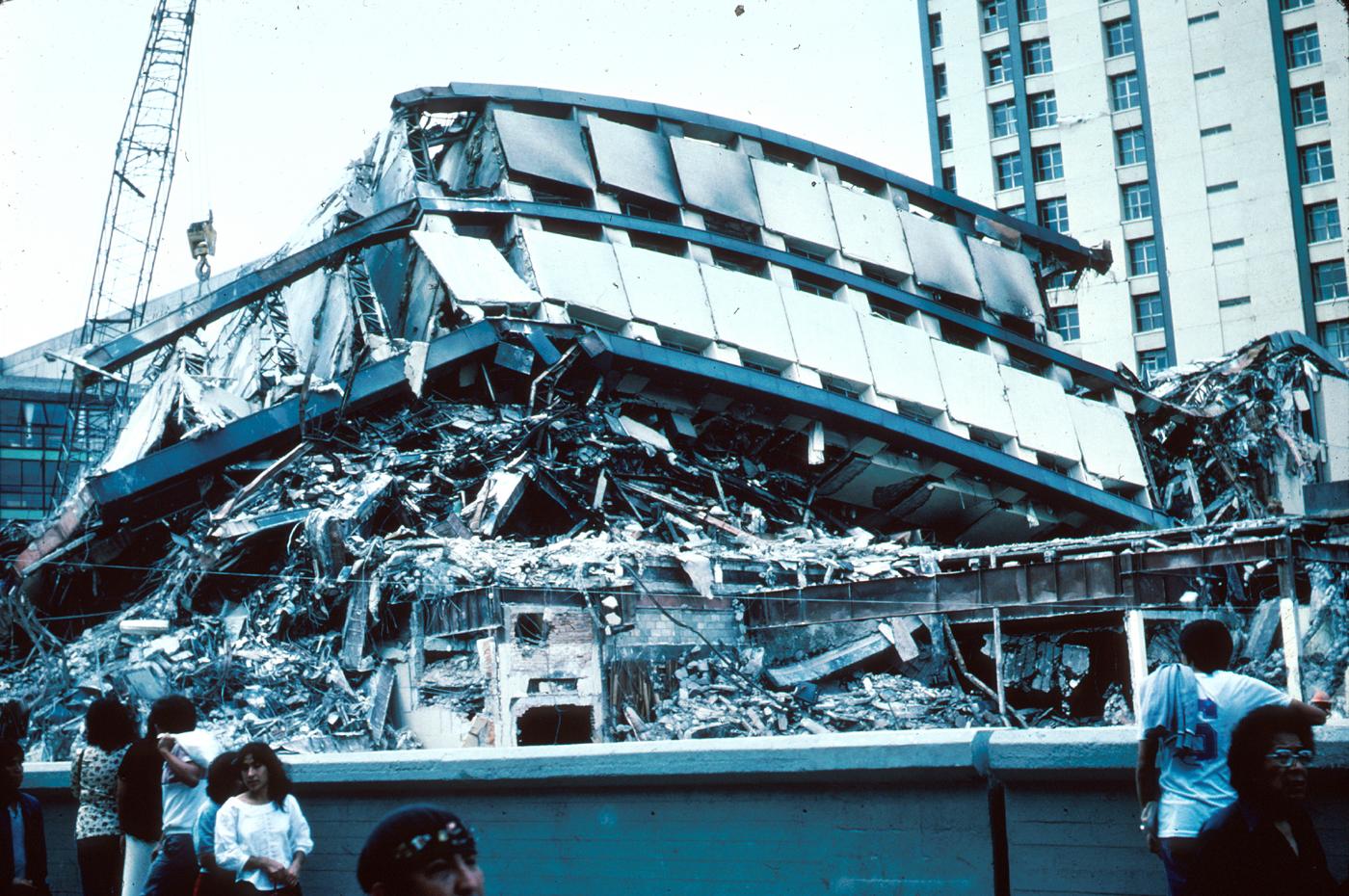 Conjunto Pino Suárez colapsado en el terremoto de 1985 en la  Ciudad de México   .