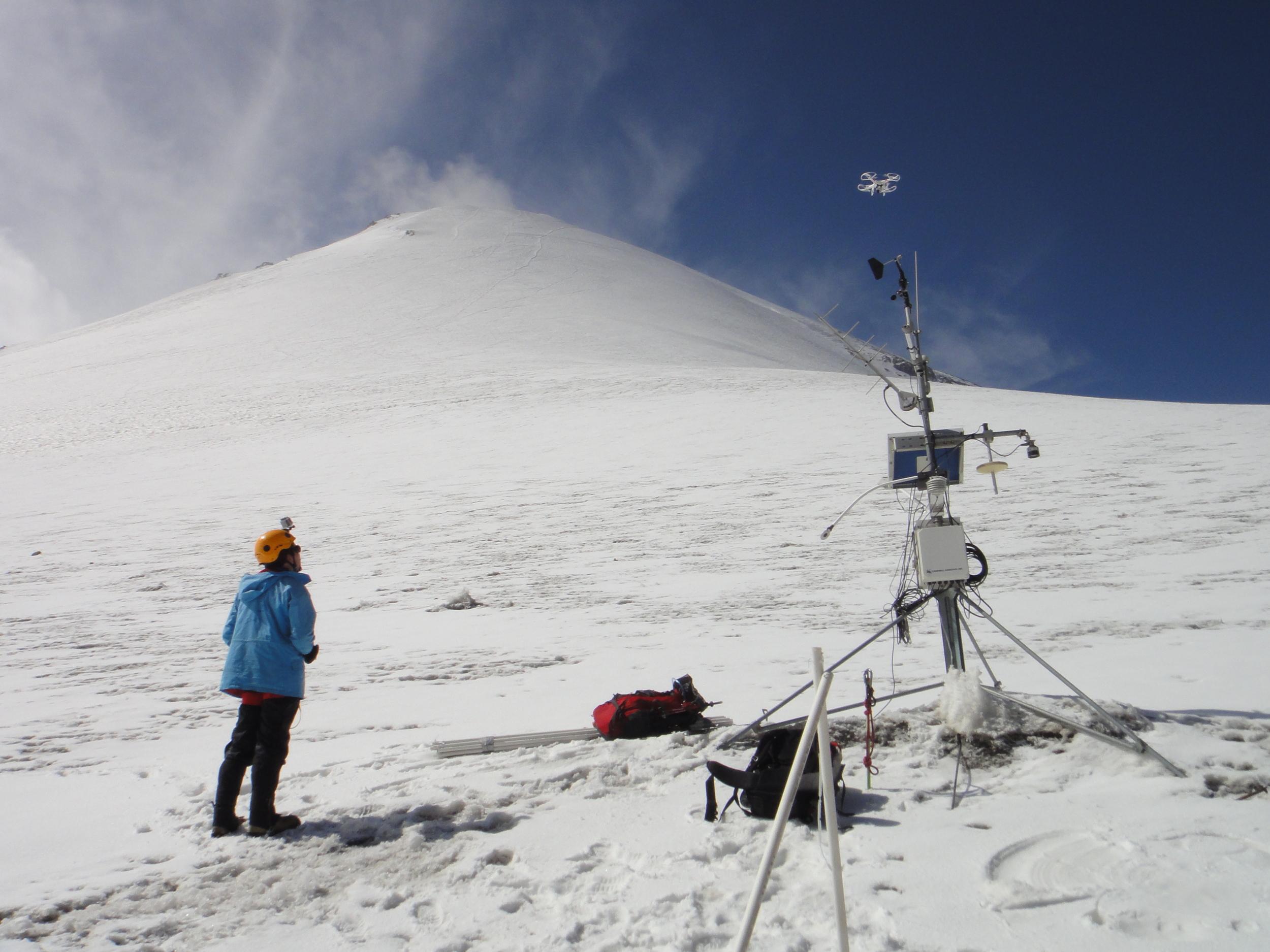 Una estación meteorológica es el lugar donde se realizan mediciones y observaciones puntuales de los diferentes parámetros meteorológicos utilizando los instrumentos adecuados para así poder establecer el comportamiento atmosférico.