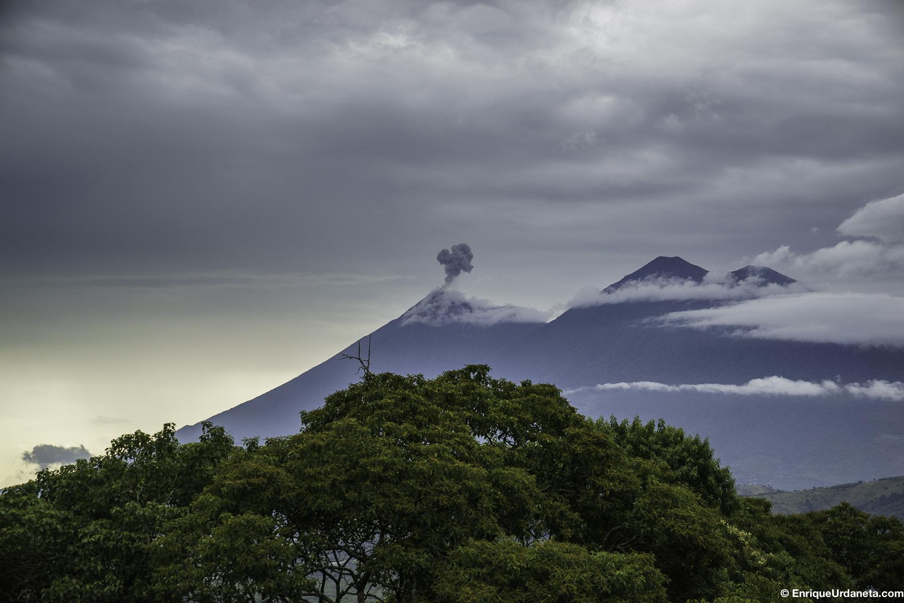Volcán el Fuego haciendo Erupción