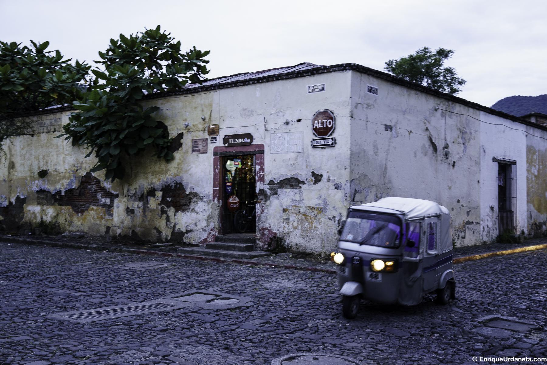 Este es un método de transporte muy comun en Guatemala, los llaman Tuc Tuc