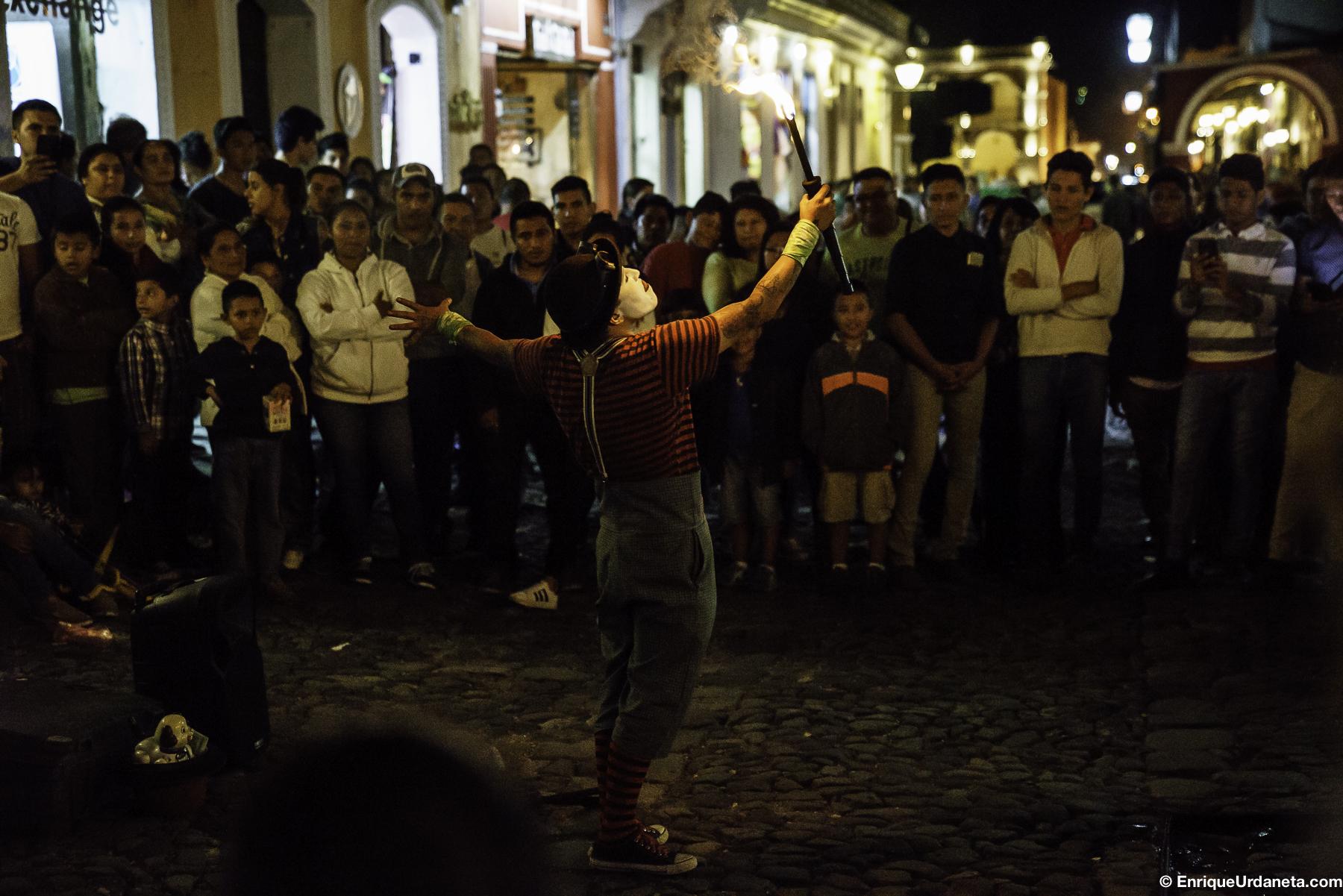 Talentosos artistas abundaban en la calle demostrando sus habilidades