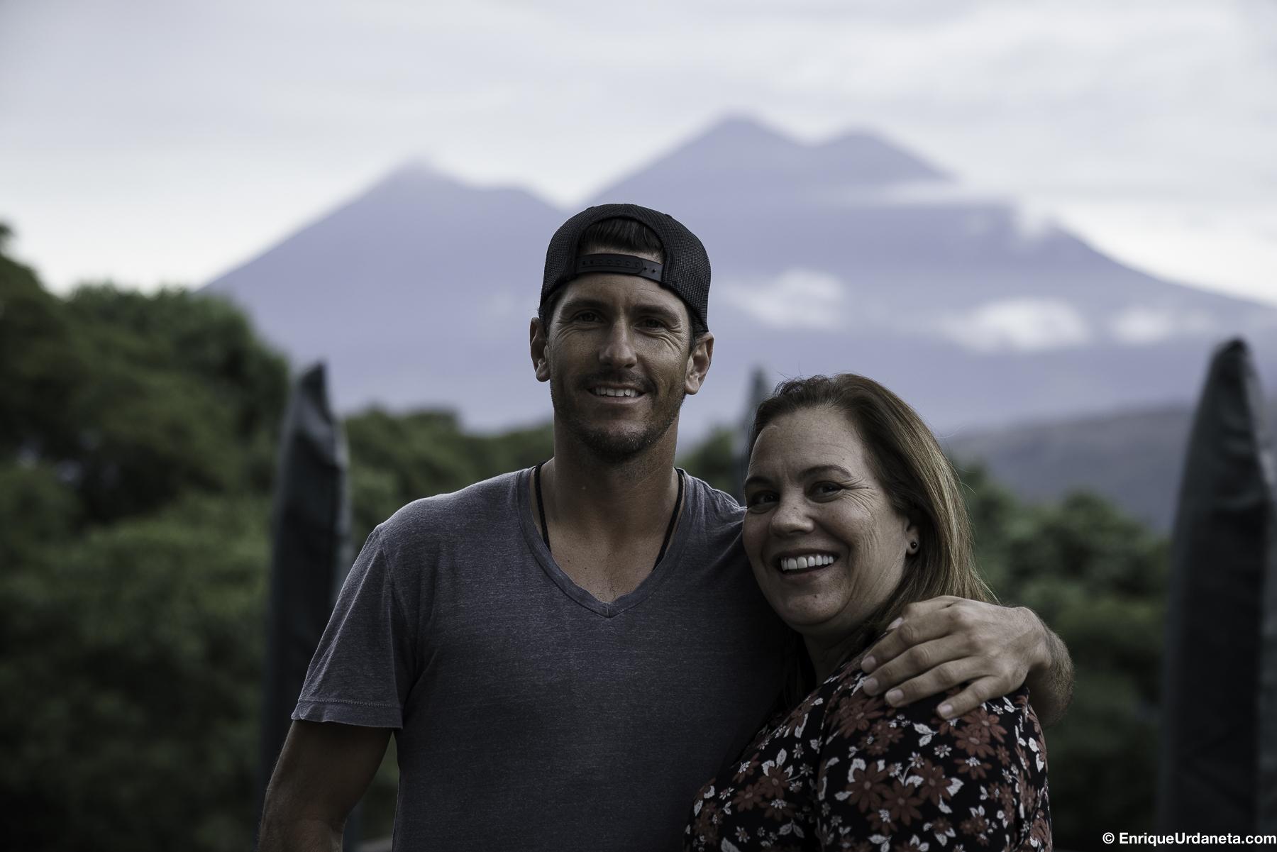 Luego de almorzar, ya estamos listos paar ir a pasear por La Antigua, Emily y Nic con el Volcan el Fuego de background