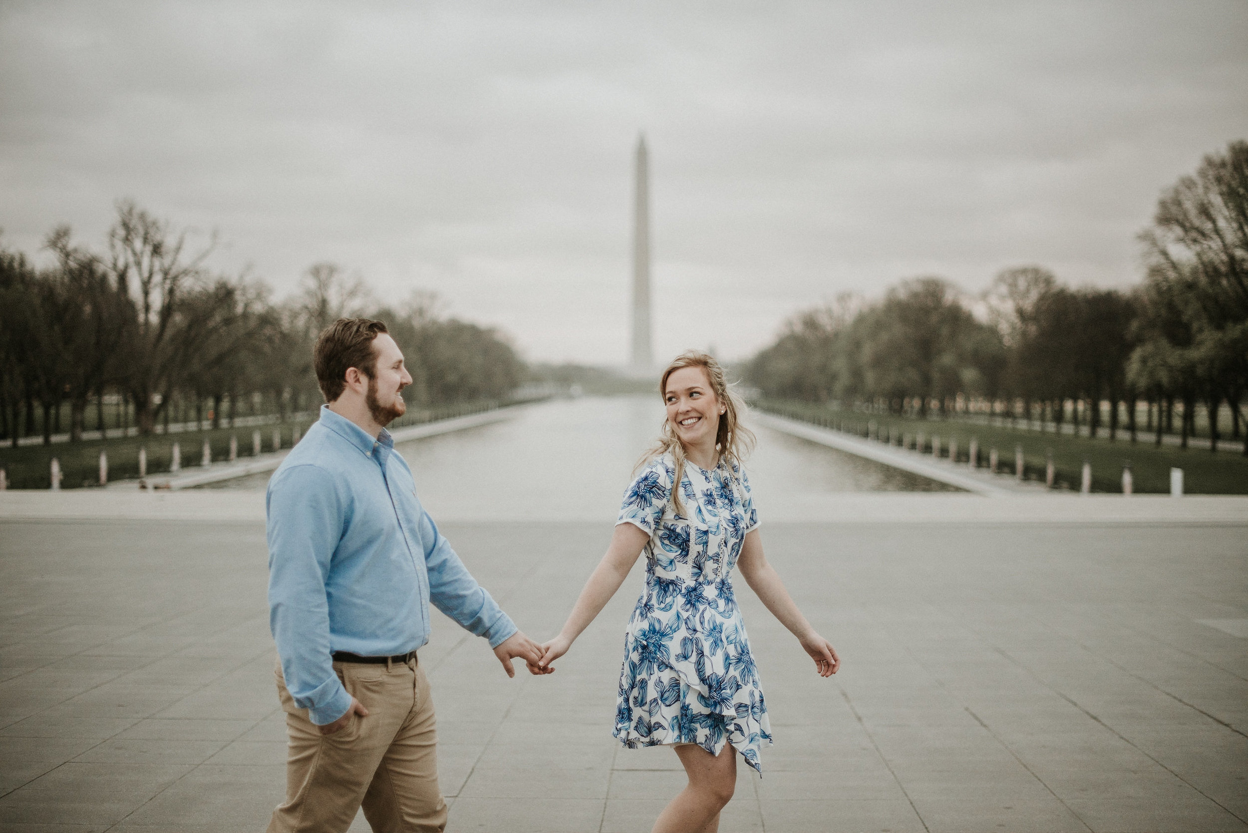 Couple walking in front of Washington Memorial