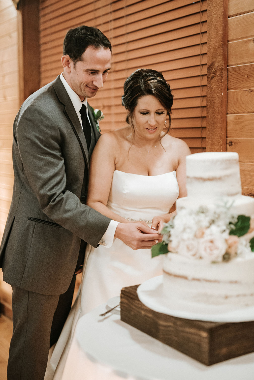 bride and groom cutting the cake at Linganore Winecellars