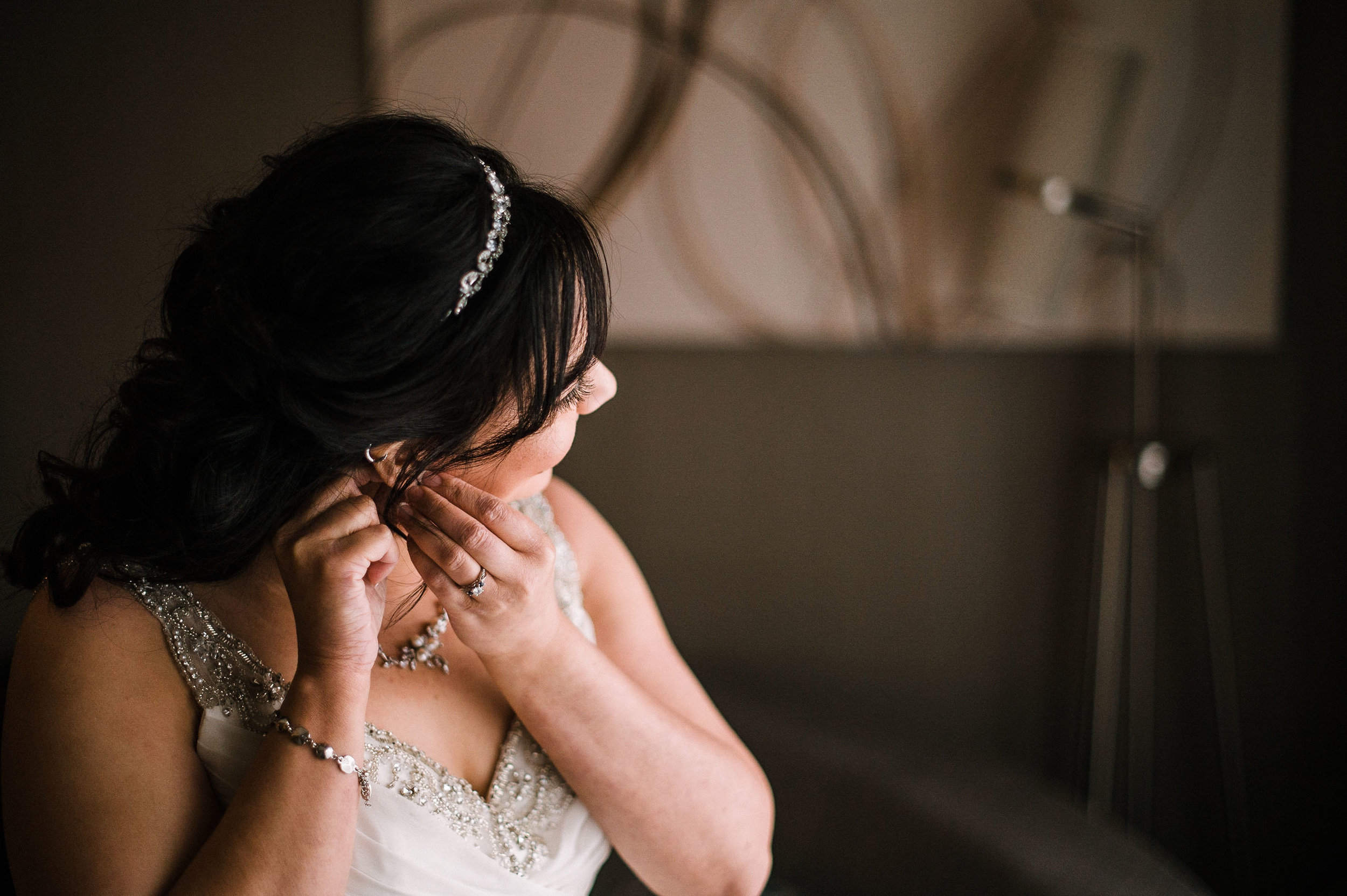 bride putting on earrings at westfields golf club