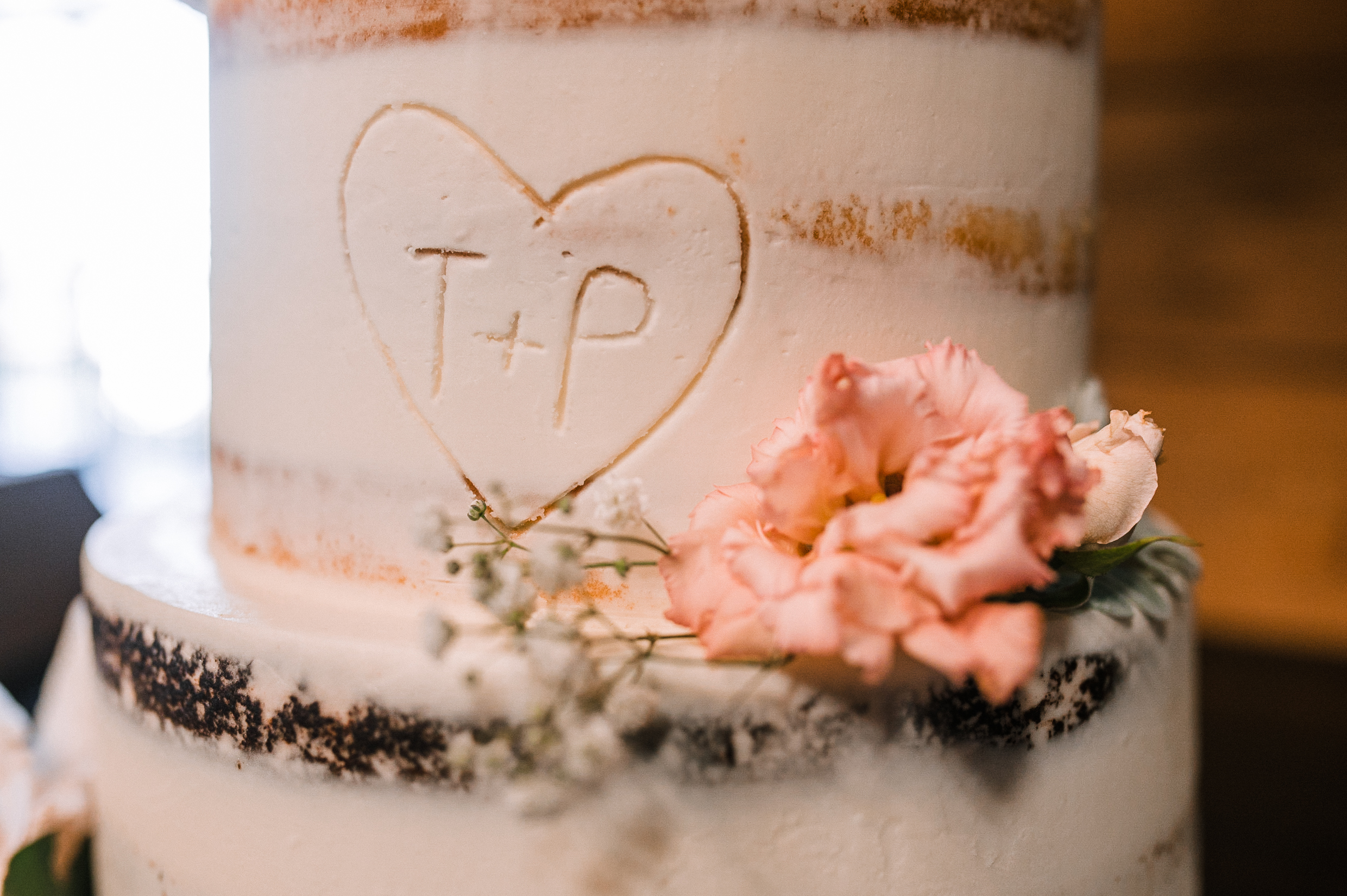 detail shot of wedding cake at Bluemont Vineyard