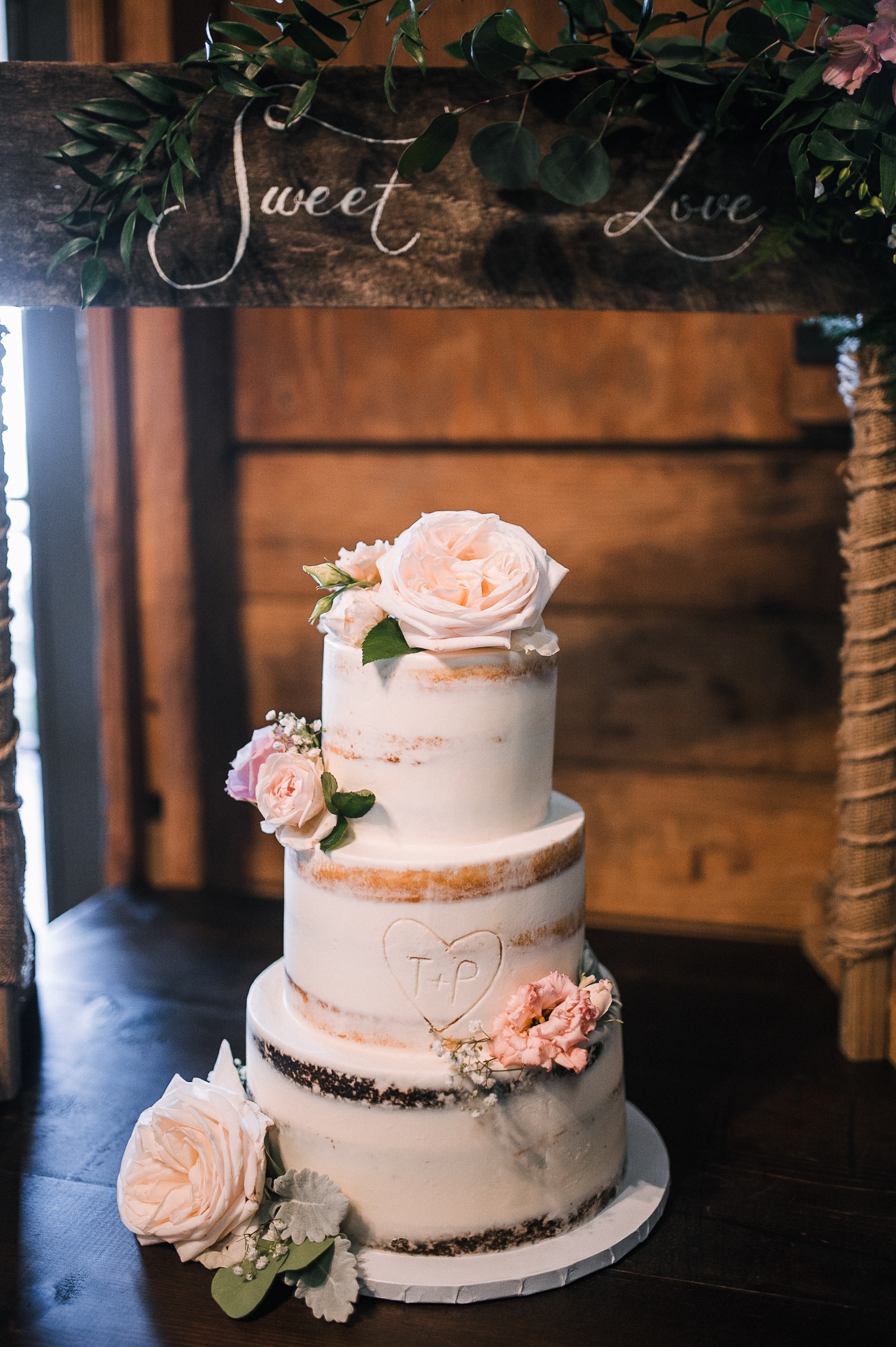 wedding cake detail shot at Bluemont Vineyard